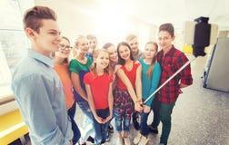 Groupe d'étudiants prenant le selfie avec le smartphone Photographie stock