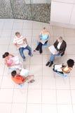Groupe d'étudiants s'asseyant avec le conférencier Image libre de droits