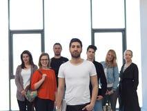 Groupe d'étudiants se tenant ensemble comme équipe Image libre de droits