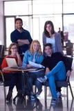 Groupe d'étudiants se tenant ensemble comme équipe Photographie stock