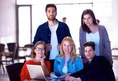Groupe d'étudiants se tenant ensemble comme équipe Photos libres de droits
