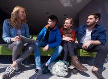 Groupe d'étudiants se tenant ensemble comme équipe Image stock