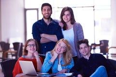 Groupe d'étudiants se tenant ensemble comme équipe Photo libre de droits