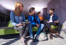 Groupe d'étudiants se tenant ensemble comme équipe Images stock