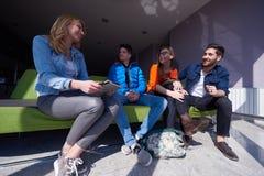 Groupe d'étudiants se tenant ensemble comme équipe Photographie stock libre de droits