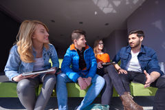 Groupe d'étudiants se tenant ensemble comme équipe Photo stock