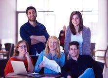 Groupe d'étudiants se tenant ensemble comme équipe Photos stock