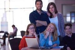 Groupe d'étudiants se tenant ensemble comme équipe Images libres de droits