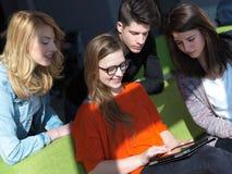 Groupe d'étudiants travaillant sur le projet d'école ensemble Photographie stock libre de droits