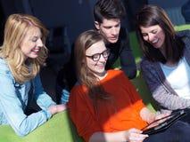 Groupe d'étudiants travaillant sur le projet d'école ensemble Image libre de droits