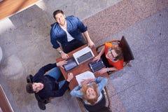 Groupe d'étudiants travaillant sur le projet d'école ensemble Photo libre de droits