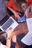 Groupe d'étudiants travaillant sur le projet d'école ensemble Image stock