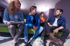 Groupe d'étudiants travaillant sur le projet d'école ensemble Photographie stock
