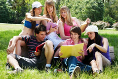 Groupe d'étudiants universitaires à l'extérieur photographie stock libre de droits