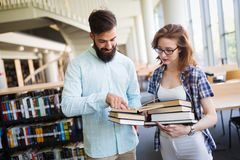 Groupe d'étudiants universitaires à la bibliothèque photo stock