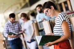 Groupe d'étudiants universitaires étudiant à la bibliothèque Image libre de droits