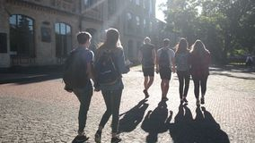 Groupe d'étudiants universitaires marchant dehors clips vidéos