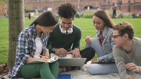 Groupe d'étudiants universitaires multiraciaux à l'aide de l'ordinateur portable banque de vidéos