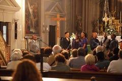 Groupe d'évangile chantant à l'intérieur d'une église Photos libres de droits