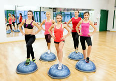 Groupe d'aérobic faisante femelle avec la demi boule Photo stock