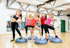 Groupe d'aérobic faisante femelle avec la demi boule Image stock