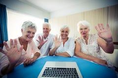 Groupe d'aînés à l'aide d'un ordinateur, vue de webcam Photo stock