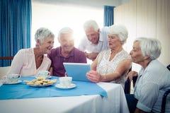 Groupe d'aînés à l'aide d'une tablette Image libre de droits