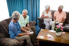 Groupe d'aînés agissant l'un sur l'autre Photographie stock libre de droits
