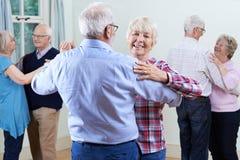 Groupe d'aînés appréciant le club de danse ensemble Image stock