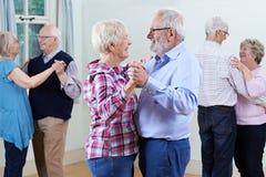Groupe d'aînés appréciant le club de danse ensemble Photos libres de droits