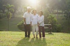 Groupe d'aînés asiatiques marchant à extérieur Photos stock