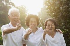 Groupe d'aînés asiatiques renonçant à des pouces Images libres de droits