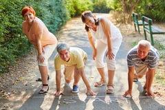 Groupe d'aînés au point de sart d'une course Photo stock