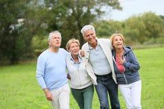 Groupe d'aînés ayant une promenade en nature Photos stock