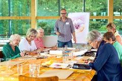 Groupe d'aînés dans la classe de peinture Photo libre de droits