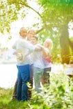 Groupe d'aînés dans le jardin de la maison de retraite Photo libre de droits