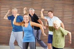 Groupe d'aînés dansant au centre de fitness images libres de droits