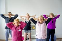 Groupe d'aînés faisant des exercices Image libre de droits