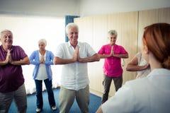 Groupe d'aînés faisant des exercices avec l'infirmière Image libre de droits
