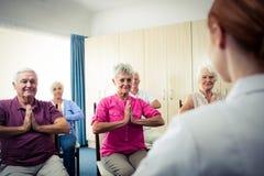 Groupe d'aînés faisant des exercices avec l'infirmière Images stock
