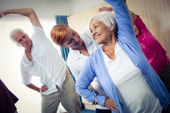 Groupe d'aînés faisant des exercices avec l'infirmière Photo libre de droits