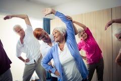 Groupe d'aînés faisant des exercices avec l'infirmière Image stock