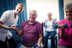Groupe d'aînés faisant des exercices avec l'infirmière Images libres de droits