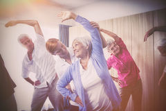 Groupe d'aînés faisant des exercices avec l'infirmière Photos stock