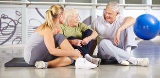 Groupe d'aînés faisant une pause au centre de fitness photo stock