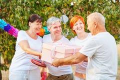 Groupe d'aînés heureux avec le cadeau d'anniversaire Photographie stock libre de droits