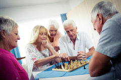 Groupe d'aînés jouant des échecs Image stock
