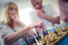 Groupe d'aînés jouant des échecs Photos libres de droits
