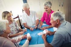 Groupe d'aînés jouant des cartes Photos libres de droits