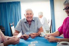 Groupe d'aînés jouant des cartes Image stock